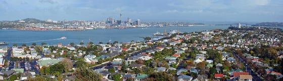 Auckland panorama från monteringen Victoria, Devonport in mot stad & Royaltyfri Fotografi