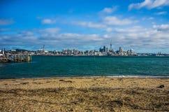 Auckland panorama och himmel står högt, gränsmärket i NZ royaltyfri fotografi