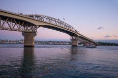 Auckland schronienia most przy półmrokiem Zdjęcia Stock