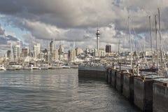 Auckland Skline e porto de Westhaven imagem de stock
