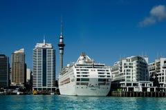 Auckland-Skyline u. -Kreuzschiff Lizenzfreie Stockfotografie