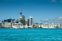Auckland-Skyline u. -Kreuzschiffe Stockfoto