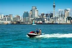 Auckland-Skyline u. PWC - Jetski Stockfoto