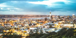 Auckland-Skyline vom Berg Eden nach Sonnenuntergang während der blauen Stunde - moderne Stadt Neuseelands mit großartigem nightsc stockfotografie