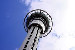 Auckland Skytower osservato da sotto Fotografia Stock Libera da Diritti