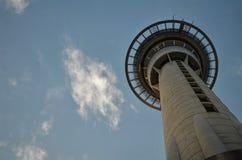 Auckland Skytower von unterhalb Stockfotografie