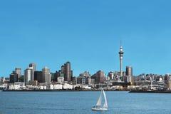 Auckland stadshorisont och hamn med Skytower, i Nya Zeeland Royaltyfri Bild