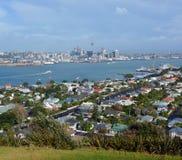 Auckland stadsvew från monteringen Victoria, Devonport Arkivfoto