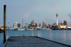 Auckland-Stadt an der Dämmerung Lizenzfreie Stockbilder