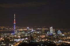 Auckland-Stadt u. Himmel-Kontrollturm an N Stockfotografie