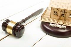 auction gesetz Miniaturhaus auf Holztisch und Gerichts-Hammer stockbild