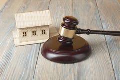 auction Getrennt auf weißem background Miniaturhaus und hölzerner Hammer auf dem Tisch stockbilder