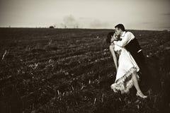 Aucun amour ordinaire - le marié embrasse le front de la jeune mariée pliant son ove Photos libres de droits