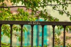 Aucun amusement aucun graffiti de règles à Prague au-dessus de fond defocused photographie stock