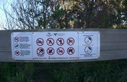 Aucun camping, aucun alcool, aucun signe d'équitation à la plage images libres de droits