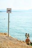 Aucun chiens permis dans le signe de mer Photos stock