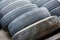 Aucun de bande de roulement pneus vieux et Photos libres de droits