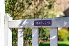 Aucun imprimé publicitaire ne se connectent la la porte de jardin d'une vieille maison de ville résidentielle anglaise typique de image libre de droits