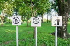 Aucun ordures et signe non-fumeurs image stock