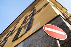 Aucun panneau routier d'entrée sur le coin de la rue dans Lecco photographie stock