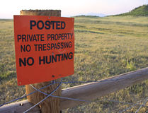 Aucun pas tresspassing aucune chasse Photos stock