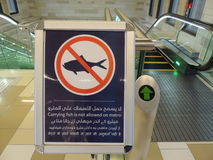 Aucun poissons permis sur le connexion Dubaï de métro Photos libres de droits