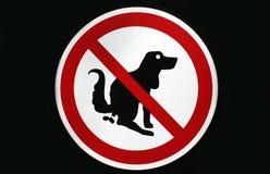 Aucun pooping par le signe de chiens d'isolement photos stock