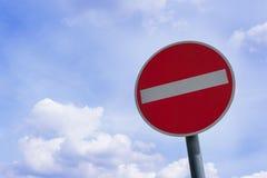 Aucun poteau de signalisation d'entrée d'isolement contre le ciel bleu - interdit, l'espace de copie photos libres de droits