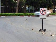 Aucun poteau de signalisation de droite de tour photographie stock