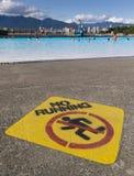 Aucun signe courant à côté de piscine extérieure de Kitsilano Photo stock