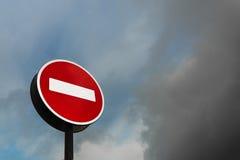 Aucun signe d'entrée contre le ciel nuageux images libres de droits