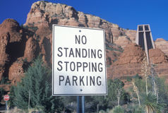 Aucun signe de arrêt debout de stationnement Images stock