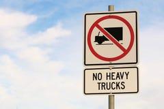 Aucun signe de camions lourds sur le fond nuageux de ciel bleu Photos stock