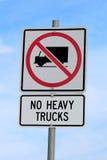 Aucun signe de camions lourds sur le fond nuageux de ciel bleu Photographie stock