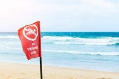 Aucun signe de danger de natation à la plage, panneau d'avertissement à la plage Photo libre de droits