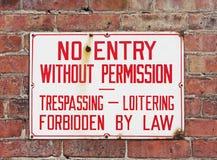 Aucun signe de infraction monté sur le mur de briques images stock