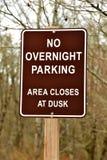 Aucun signe durant la nuit de stationnement Photo libre de droits