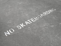 Aucun signe faisant de la planche à roulettes peint sur le trottoir Image libre de droits