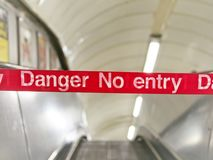 Aucun signe wargning d'entrée, escalator hors service photos stock