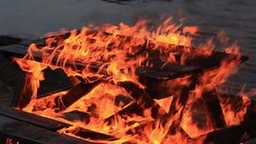 Aucun son Table de pique-nique brûlante de bois de construction de mouvement lent avec les flammes rouges oranges vibrantes