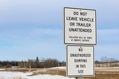 Aucun véhicules ou signe sans surveillance de dumping le long d'une route Image libre de droits