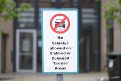Aucun véhicules permis sur le signe slabbed ou coloré de secteur de macadam photos stock