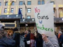 Aucune armes à feu pour les professeurs, mars pendant nos vies, protestation, NYC, NY, Etats-Unis Images stock