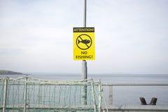 Aucune attention de courrier de signe de pêche sur la jetée par le dock côtier de port de mer Photo stock