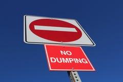 Aucune entrée ou signe de dumping contre le ciel bleu Photos stock