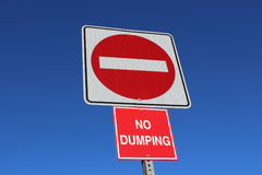 Aucune entrée ou signe de dumping contre le ciel bleu Photo libre de droits