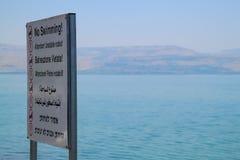Aucune natation ! Attention ! Roches instables ! - Touristes d'avertissement de signe le long de la mer de la Galilée photographie stock
