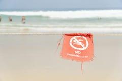 Aucune natation ici du secteur dangereux de signe de la plage Photographie stock libre de droits