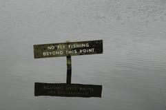 Aucune pêche de mouche ne signent dedans un lac Photo stock