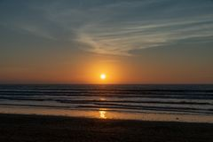 Aucune personnes avec un coucher du soleil d'or au-dessus de l'Océan Atlantique de la plage d'Agadir, Maroc, Afrique